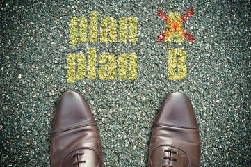 concept pied sur la route et message - plan A, plan B