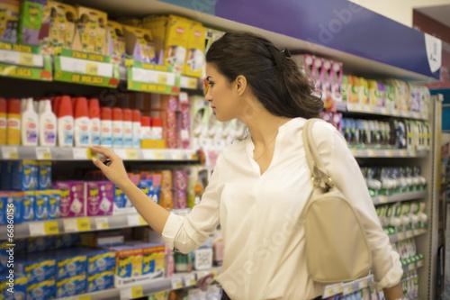 Keuken foto achterwand Boodschappen Young woman at the market