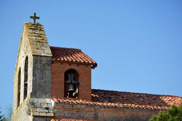 tejado y campanario de una iglesia