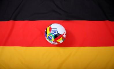 Fussball mit Flaggen-Symbolen auf Flagge von Deutschland