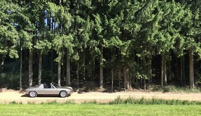 Porsche 914 auf Waldweg