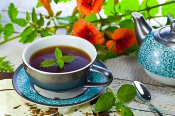 Minzen Tee tasse auf dem tisch