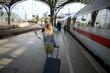 Familie verreist mit der Bahn - 66870151