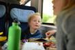 Familie verreist mit der Bahn