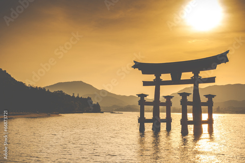 Papiers peints Edifice religieux Miyajima,Famous big Shinto torii in Japan.