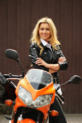 Motorradfahrerin mit verschränkten Armen