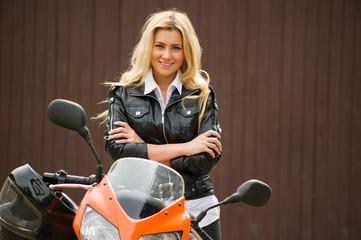 Junge, stolze Motorradfahrerin