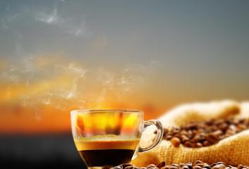tazzina di caffe' fumante al tramonto