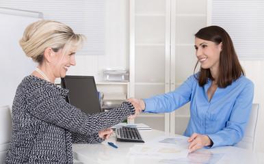 Erfolgreicher Geschäftsabschluss unter Business Frauen