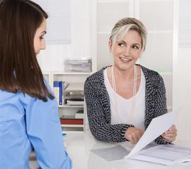 Vorstellungsgespräch - Beratungsgespräch unter Business Frauen
