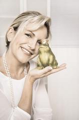 Konzept Liebe, Beziehung, Partnerschaft: Frau mit Froschkönig
