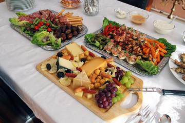 Gedeckter Tisch mit Antipasti