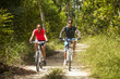escursionisti in mountain bike - 66886387