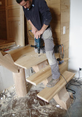 menuisier au travail - fabrication d'escalier