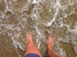 Al mare, con i piedi in acqua