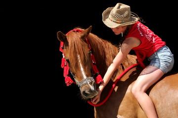 Cowgirl vor schwarzem Hintergrund