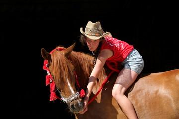 Mädchen mit Pony vor schwarzem Hintergrund