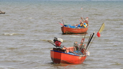 Small fishing boats Southeast Asians and parked by the sea