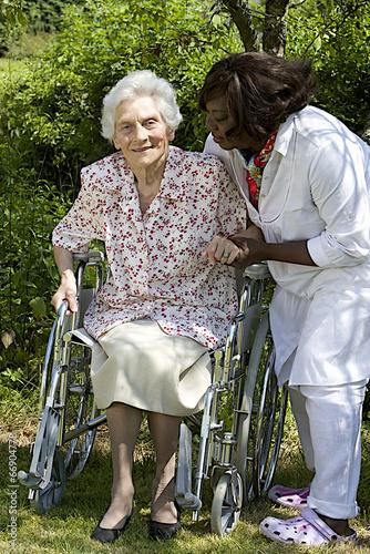 aide soignant portant assistance a personne handicapéé