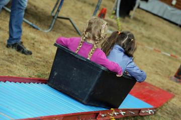 Zwei Mädchen auf der Rutsche