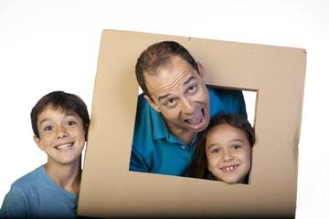 Hombre y niños usando cartón como marco