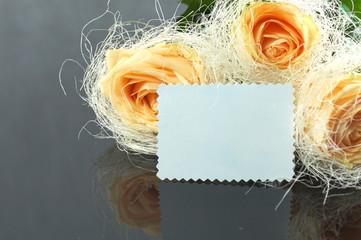 róże z dedykacją na czarnym tle