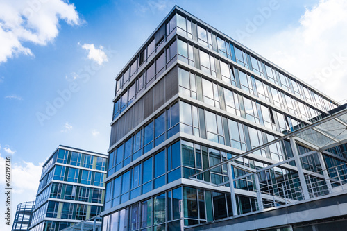 Bürogebäude -- modernes Gebäude - 66919736