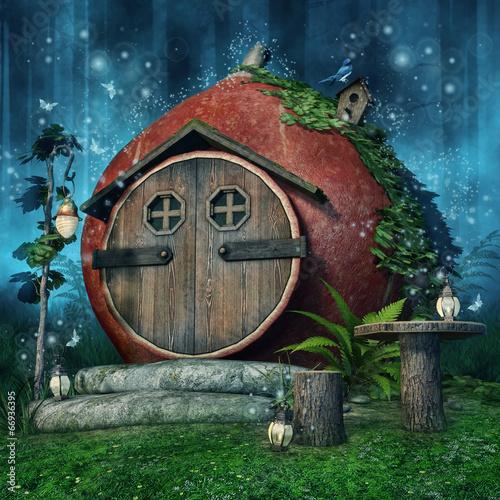 Baśniowy domel z lampionami w niebieskim lesie