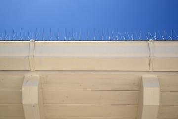 Particolare di un tetto con spuntoni in ferro