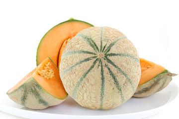 Melon de France frais avec quartiers sur fond blanc