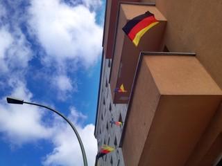 Deutsche Fahnen am Balkon zur Weltmeisterschaft