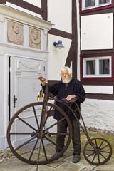 Mann mit Fahrrad historisch