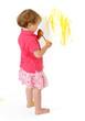 malująca dziwczynka żółtą farbą po ścianie