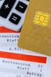 Kreditkarte, Kontoauszug und Taschenrechner