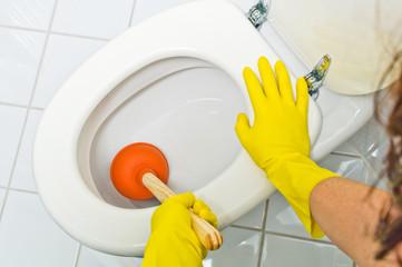 Verstopfte Toilette wird gereinigt