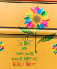 Gemalte bunte Sonnenblume und ein Schriftzug