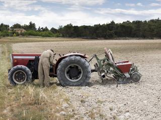 Mecánico reparando un tractor agricola