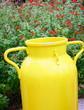 vieux pot à lait,déco originale sur terrasse