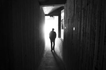 uomo che entra nella luce - anfiteatro di frejus - francia