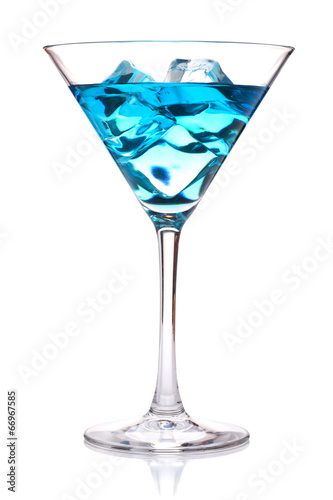 Papiers peints Cocktail Blue tropical cocktail in martini glass