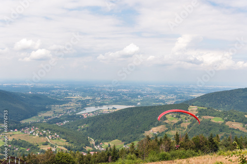 Deurstickers Ballon Paraglider in Little Beskids Mountains