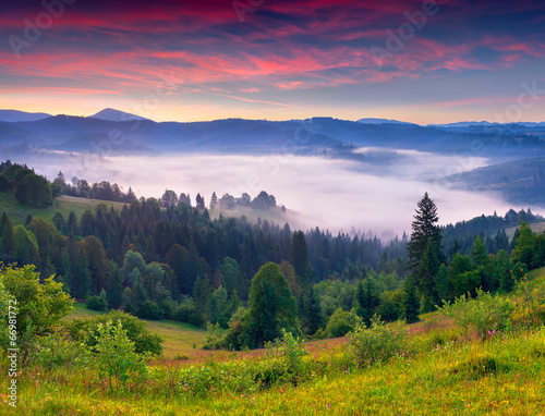 Papiers peints Morning Glory Morning view of the mountains for a few minutes before sunrise.