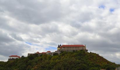 строения старинного замка на возвышенности