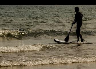 Hombre practicando padel surf