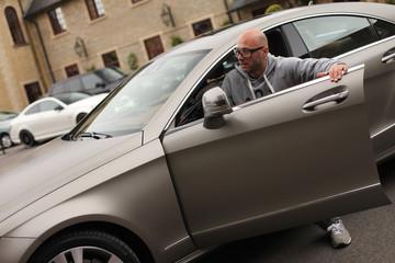 Mann steigt in Luxus Limousine
