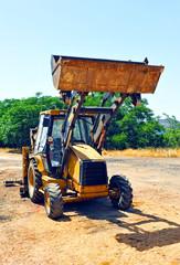 Vieja excavadora en la carretera