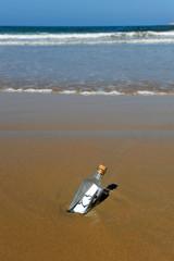 Botella con mensaje de amor en la playa