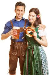 Paar in Dirndl und Lederhose zum Oktoberfest