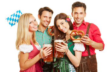 Freunde beim Oktoberfest feiern in Dirndl und Lederhose