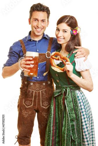 Paar in Dirndl und Lederhose zum Oktoberfest - 67002931